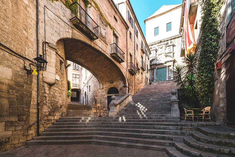 costa-brava-itinerary-girona-el-call-jewish-quarter-staircase-arch